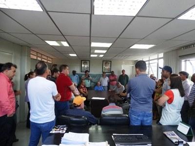População reunida no gabinete do prefeito.