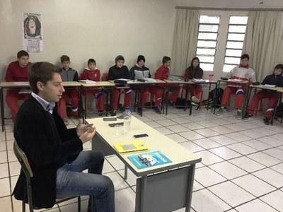 Presidente da Câmara Municipal faz palestra aos alunos do Colégio Passos Firmes