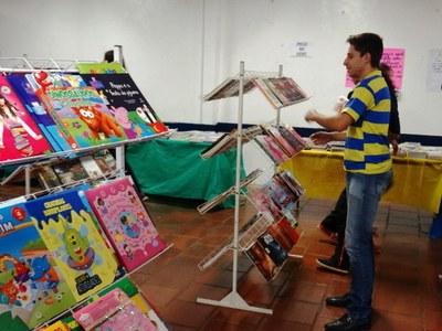PRESIDENTE DO LEGISLATIVO GABRIEL CADINI VISITOU FEIRA DO LIVRO DO COLÉGIO EUCLIDES DA CUNHA
