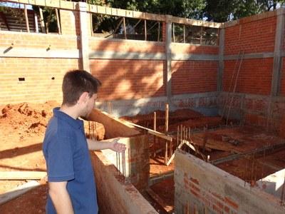 Vereador Gabriel acompanha obras da piscina da 3ª Idade.