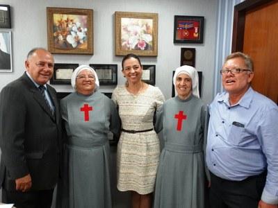 Vereador Laco e irmãs do Hospital Pe. Tezza no gabinete do deputado.