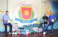 Vereador Rafael Felisberto recebe kits esportivos e repassa a alunos das escolinhas do município.
