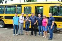Vereadores acompanham entrega de mais um ônibus escolar para a Secretaria de Educação de Matelândia